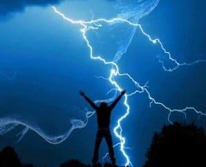 Nu doar ploaia te udă, ci și fulgerul